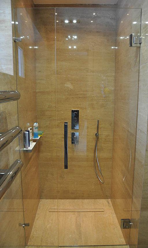 Стеклянная дверь для душевой AGITUS от MWE