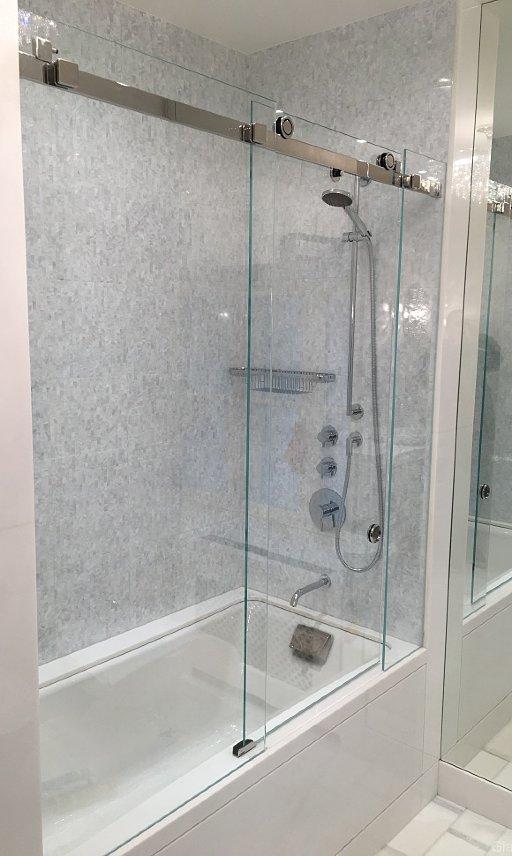 Раздвижная душевая шторка из стекла на ванну